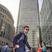 Businessfotos Bankmanager Sonnenbrille und Fahrrad
