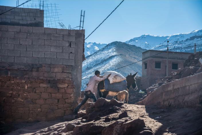 Reisefotografie Schafhirte mit Esel vor Berg