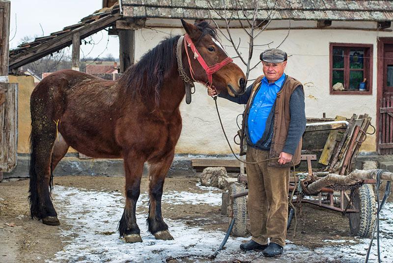 Reisefotografie Rumaenien Bauer und Pferd