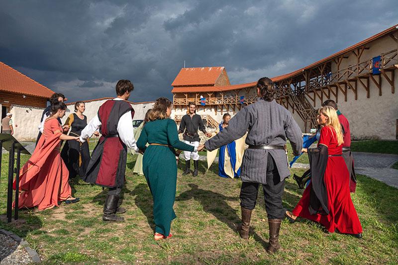 Eventfotografie Gruppe Menschen vor Schloss